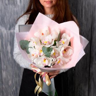 Букет из орхидей и эвкалипта
