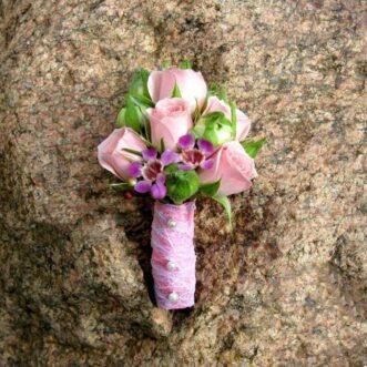 Бутоньерка из розовых роз и хамелациума