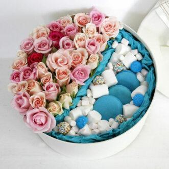 Макаруны и кустовые розы в коробке