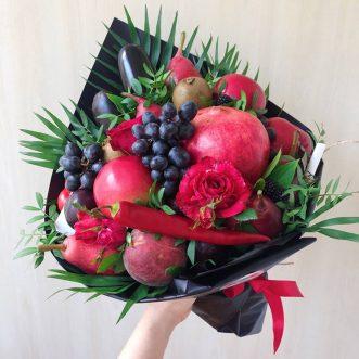 Букет из фруктов, овощей и кустовых роз