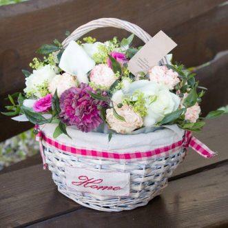 Корзина с розами, гвоздикой и каллами