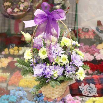 Новогодняя корзина с хризантемами
