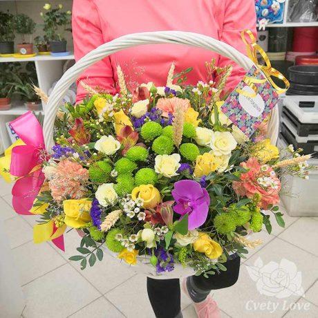 Зеленые хризантемы, розы и гвоздики в корзине