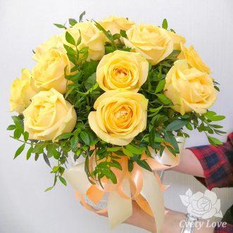 15 кремовых роз в шляпной коробке