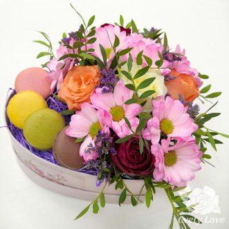4 макарун, хризантемы и розы в коробке