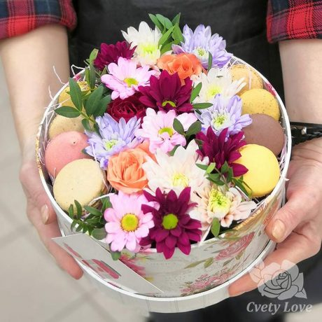 8 макарун, хризантемы и розы в коробке