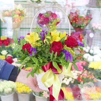 Корзина с альстромериями и красными розами