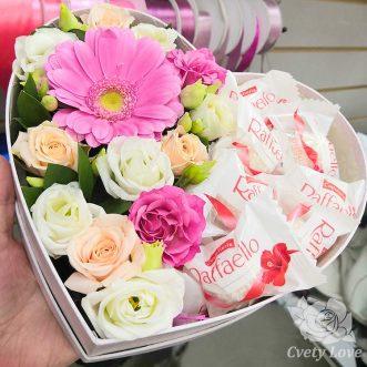 Raffaello и цветы в коробке в виде сердца