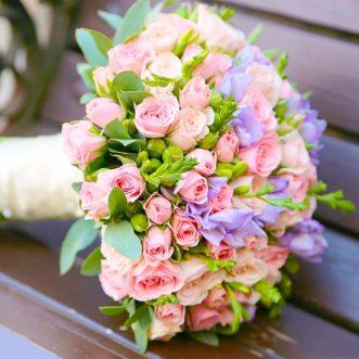 Букет невесты из фрезии и розовых роз