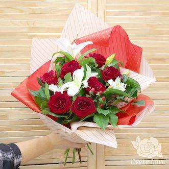Букет из белой лилии и красных роз