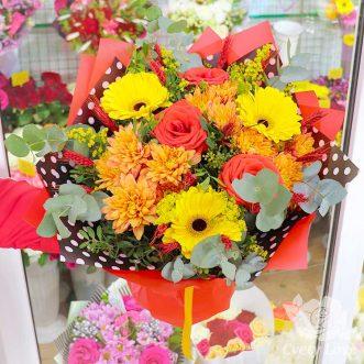 Букет из хризантем, роз и желтых гербер