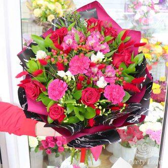 Букет из роз, гвоздик и фрезий