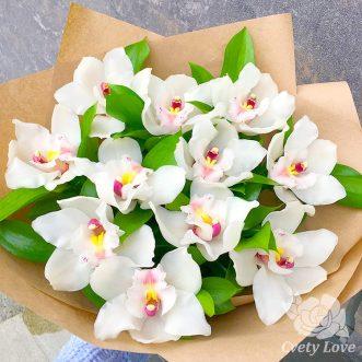 Букет из 11 белых орхидей