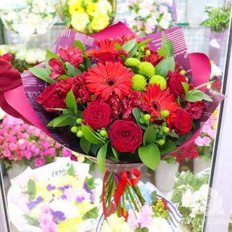 Букет из красных роз, гербер и альстромерий