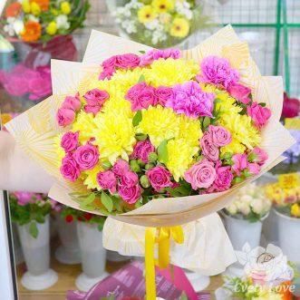 Букет из розовых роз, гвоздик и желтых хризантем