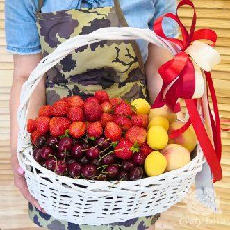Клубника, черешня и абрикос в корзине