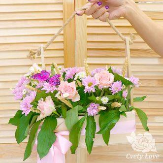 Кустовые хризантемы и розы в ящике