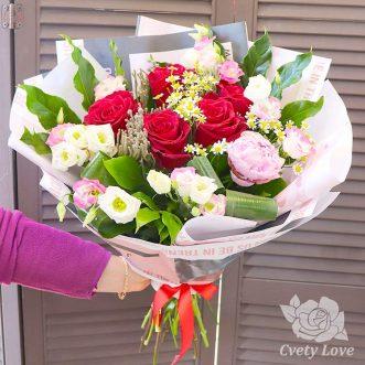 Букет из ромашек, роз и эустом