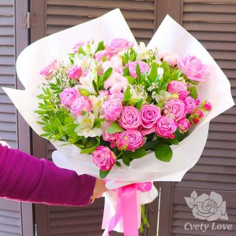 Букет из роз, альстромерий и хлопка