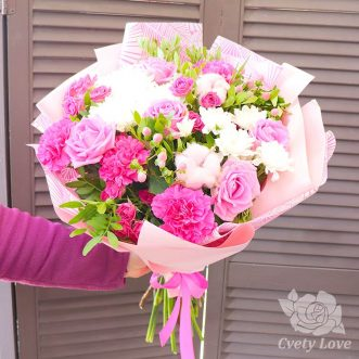 Букет из розовых гвоздик, хризантем и роз