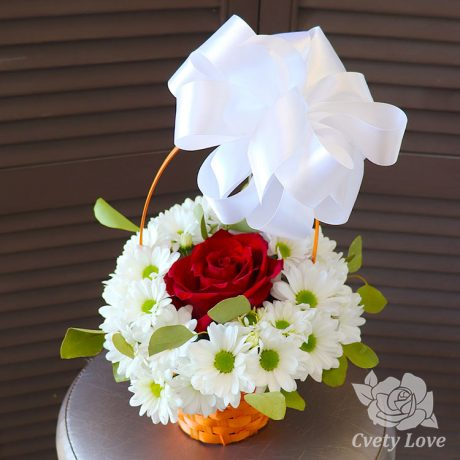 Красная роза и кустовые хризантемы в корзине