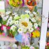 Пион, хризантемы и гвоздика в шляпной коробке