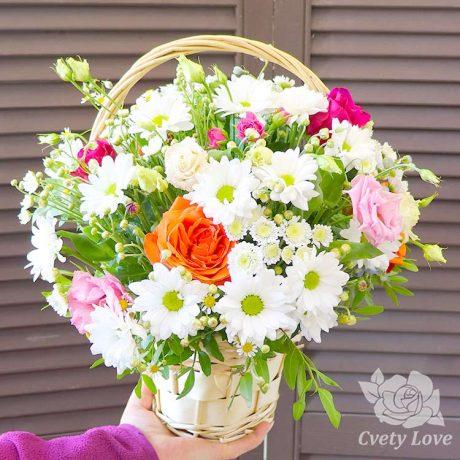 Розы, хризантемы и эустомы в плетенной корзине
