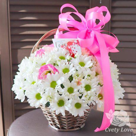 Белые хризантемы и эустома в корзине