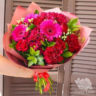 Букет из красных роз, гвоздик и хризантем