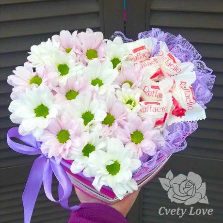 Хризантемы и Raffaello в коробке в виде сердца