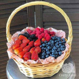 Сладкие ягоды в корзине